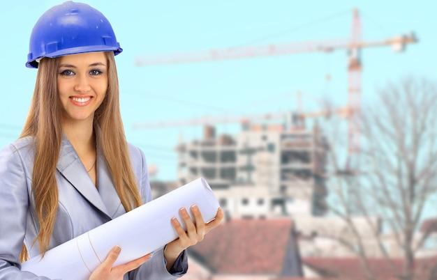 Uśmiechnięta kobieta architekt pracuje