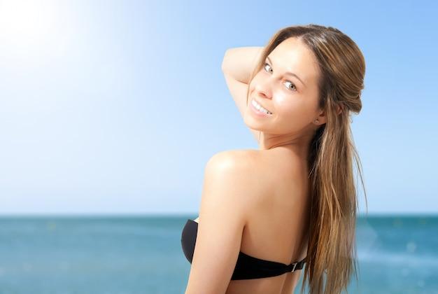 Uśmiechnięta kobieta bikini