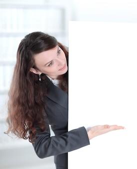 Uśmiechnięta kobieta biznesu pokazująca puste poster.photo z miejscem na kopię