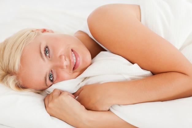 Uśmiechnięta kobieta budzi się