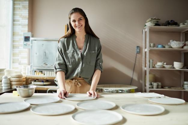 Uśmiechnięta kobieta ceramik