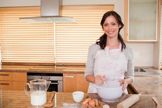 Uśmiechnięta kobieta do pieczenia