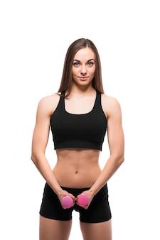 Uśmiechnięta kobieta fitness ćwiczenia z hantlami na białym tle