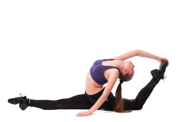 Uśmiechnięta kobieta fitness siedzi na sznurku na białym tle