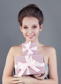 Uśmiechnięta kobieta i pudełko na prezent