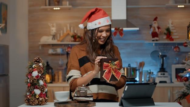 Uśmiechnięta kobieta korzystająca z technologii połączeń wideo na prezenty