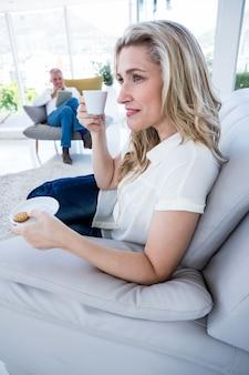 Uśmiechnięta kobieta ma kawę w domu
