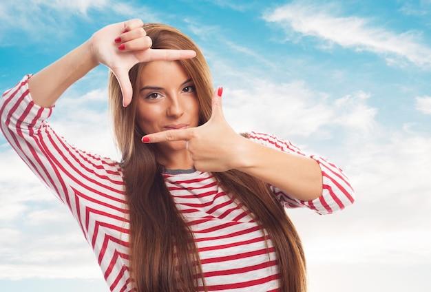 Uśmiechnięta kobieta maskowania gest zdjęcia