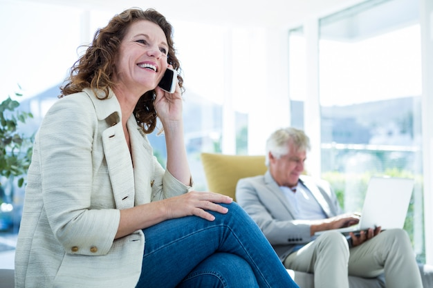 Uśmiechnięta kobieta mężczyzna opowiada na telefonie komórkowym