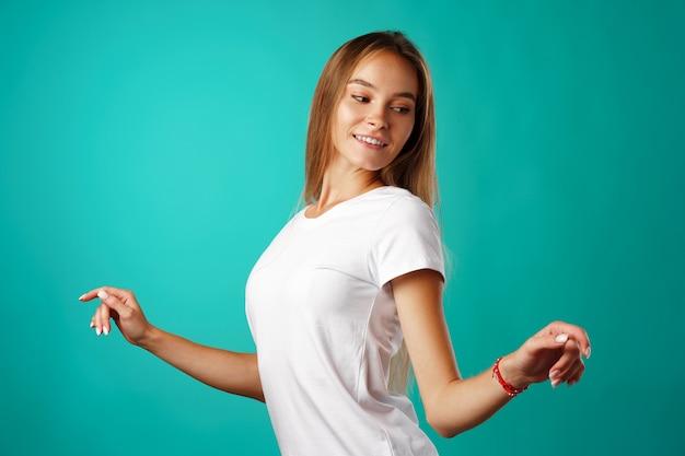 Uśmiechnięta kobieta moda model taniec w studio