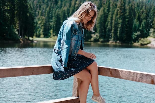 Uśmiechnięta kobieta na tle górskiego krajobrazu i jeziora. jezioro synewyr, ukraina, karpaty