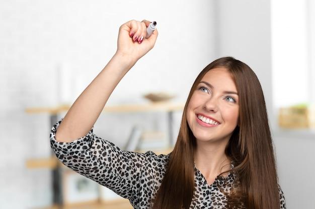Uśmiechnięta kobieta naciskając ekran dotykowy