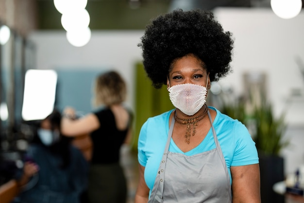 Uśmiechnięta kobieta nosząca maskę podczas nowej normalności