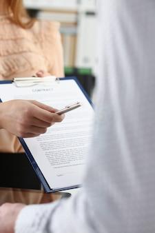 Uśmiechnięta kobieta oferta formularz umowy