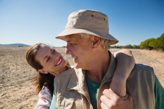 Uśmiechnięta kobieta patrzeje mężczyzna na krajobrazie