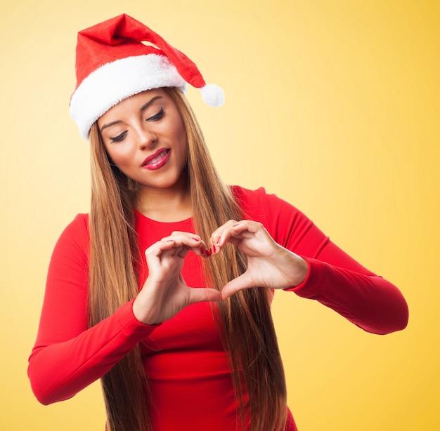 Uśmiechnięta kobieta pokazując gest miłości
