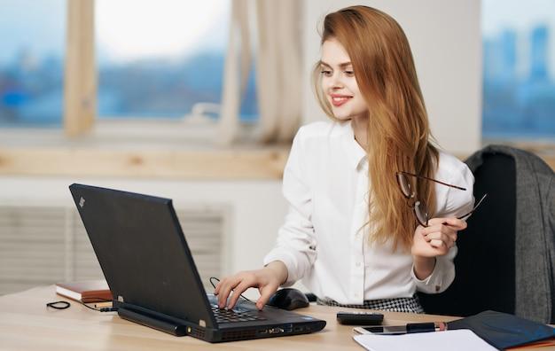 Uśmiechnięta kobieta pracująca