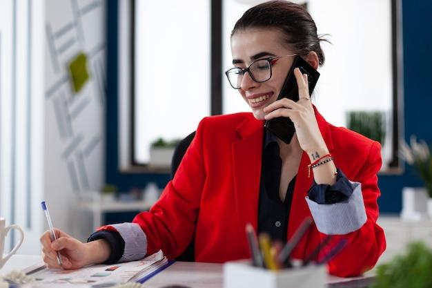 Uśmiechnięta kobieta prowadząca rozmowę firmową
