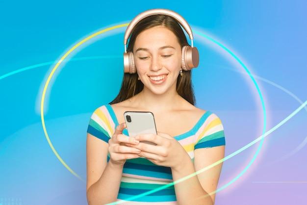 Uśmiechnięta kobieta przesyła strumieniowo muzykę z cyfrowym remiksem smartfona