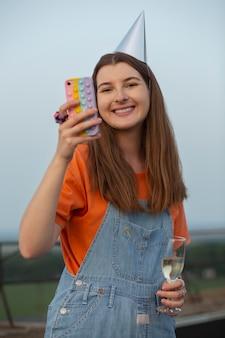 Uśmiechnięta kobieta robiąca zdjęcia średnie ujęcie