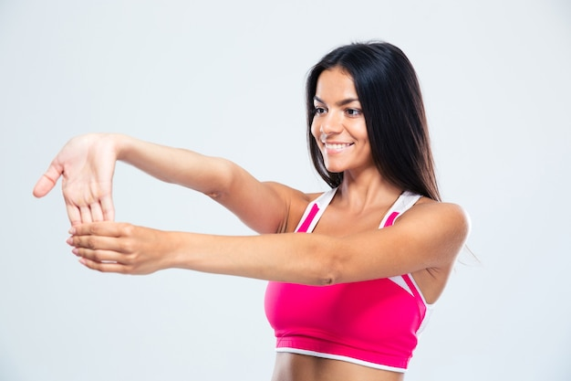 Uśmiechnięta kobieta sportowe rozciąganie palców