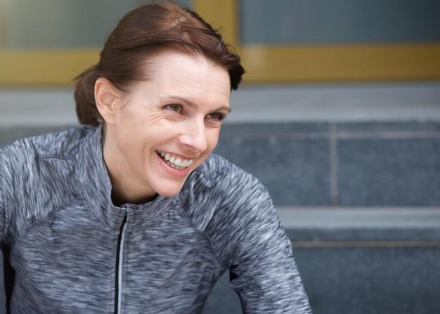 Uśmiechnięta kobieta sportowy