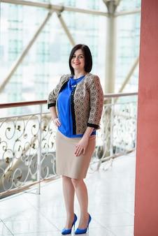 Uśmiechnięta kobieta sukcesu w biznesie.