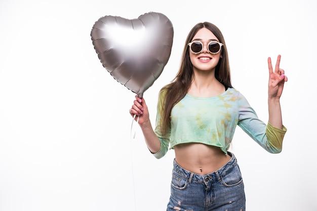 Uśmiechnięta kobieta trzymając balon serce.
