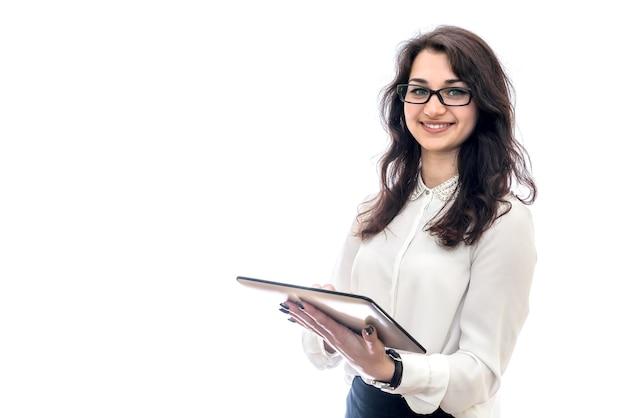 Uśmiechnięta kobieta trzymając tabletkę na białym tle