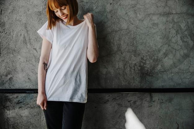 Uśmiechnięta kobieta ubrana w makieta z białym t-shirtem z sitodruku