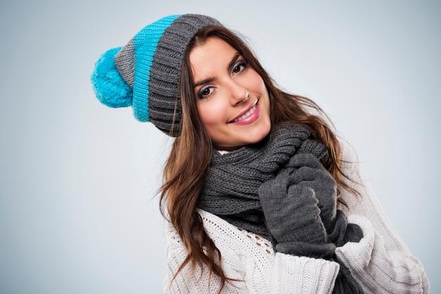 Uśmiechnięta kobieta ubrana w zimowe ubrania moda