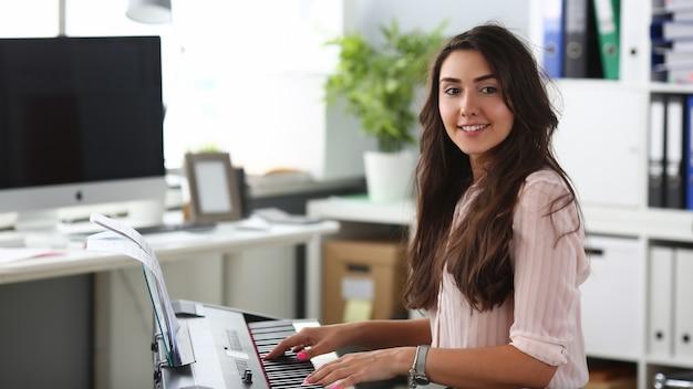Uśmiechnięta kobieta w biurze
