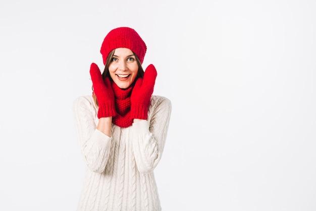 Uśmiechnięta kobieta w ciepłych ubraniach