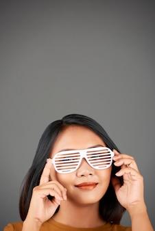 Uśmiechnięta kobieta w okularach migawkowych