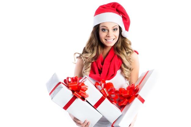 Uśmiechnięta kobieta w santa pomocnika kapelusz z wieloma pudełkami. boże narodzenie, boże narodzenie, koncepcja szczęścia.