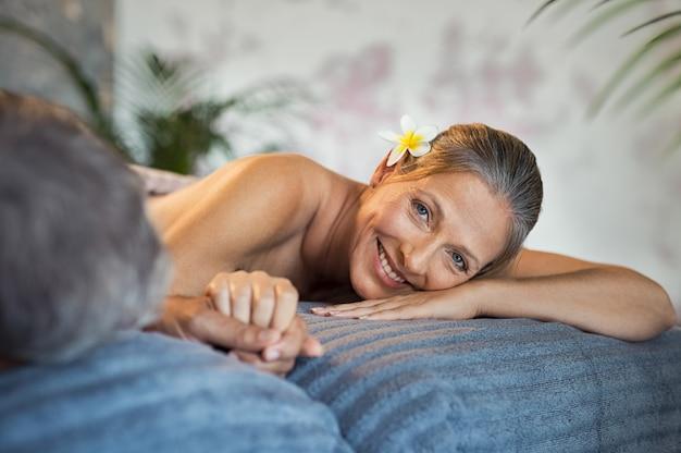 Uśmiechnięta kobieta w spa z mężem