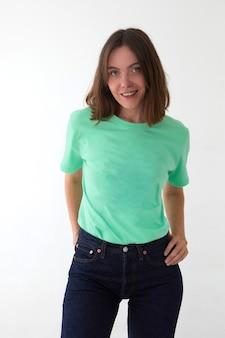 Uśmiechnięta kobieta w swobodnym stroju stojąca w studio