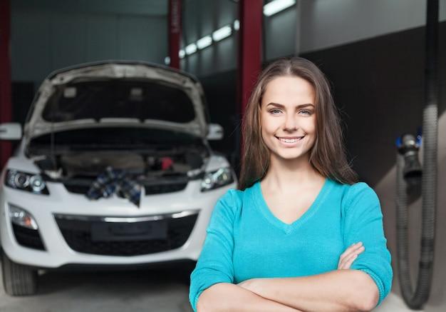 Uśmiechnięta kobieta w warsztacie samochodowym