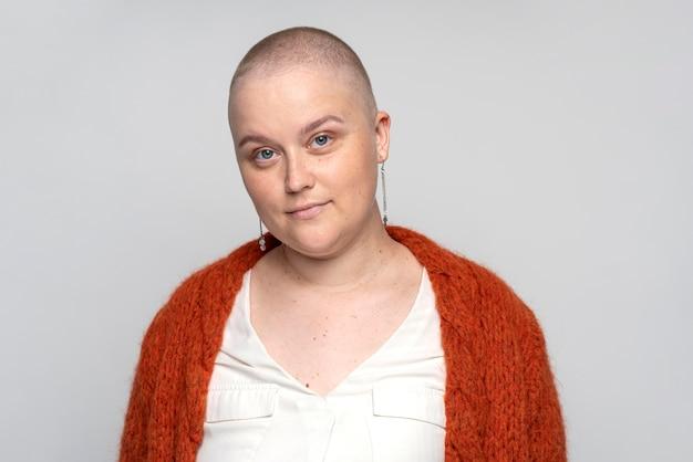 Uśmiechnięta kobieta walcząca z rakiem piersi
