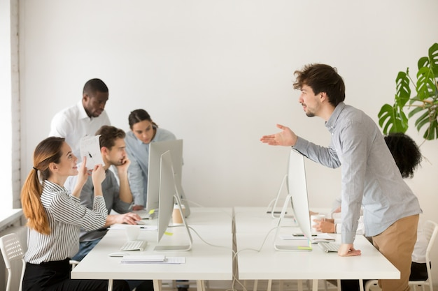Uśmiechnięta kobieta wyjaśnia korporacyjną papierkową robotę nowy dzierżym w biurze