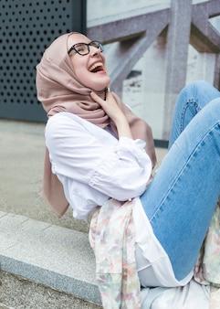 Uśmiechnięta kobieta z białą koszulą