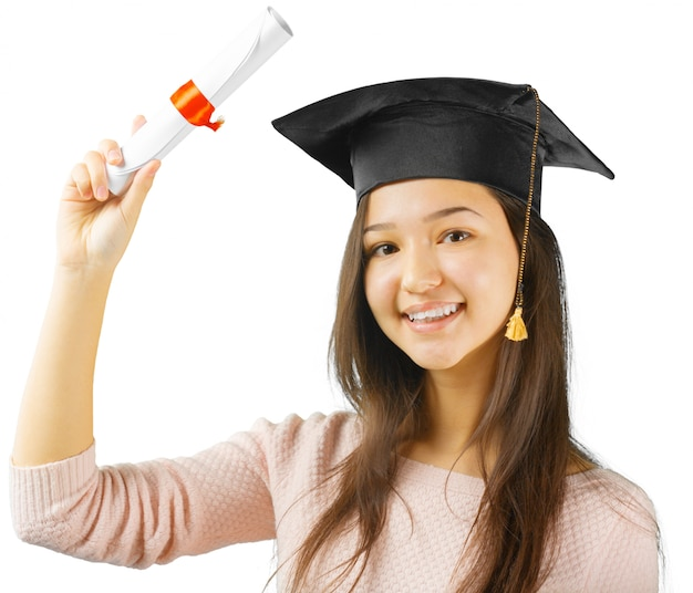 Uśmiechnięta kobieta z dyplomem