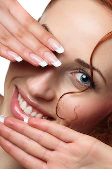 Uśmiechnięta kobieta z francuskimi paznokciami