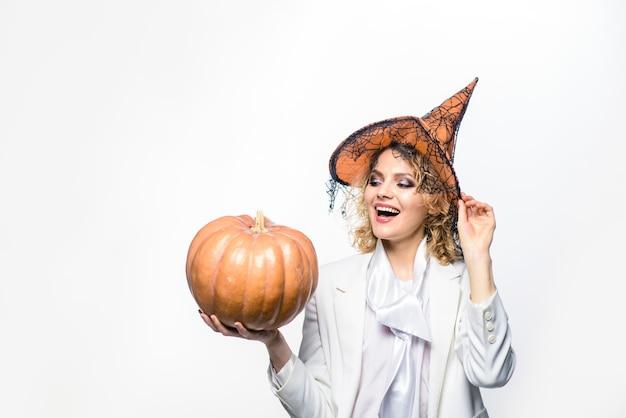 Uśmiechnięta kobieta z halloweenową dynią wiedźma w magicznym kapeluszu halloweenowa koncepcja październik wakacje