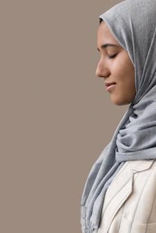 Uśmiechnięta kobieta z hidżabu z bliska