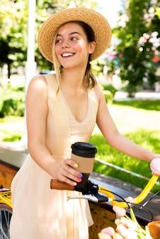 Uśmiechnięta kobieta z kapeluszowy patrzeć daleko od