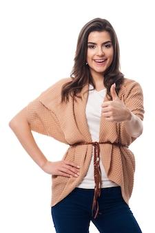Uśmiechnięta kobieta z kciukiem do góry