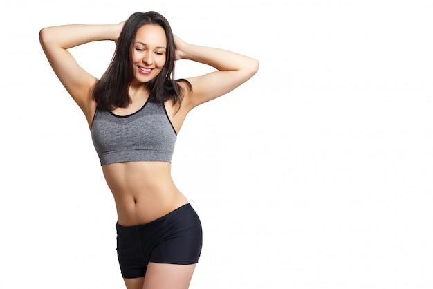 Uśmiechnięta kobieta z pięknym ciałem po diecie, na białym tle