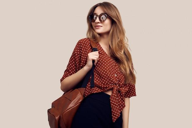 Uśmiechnięta kobieta z plecakiem iść na wakacje