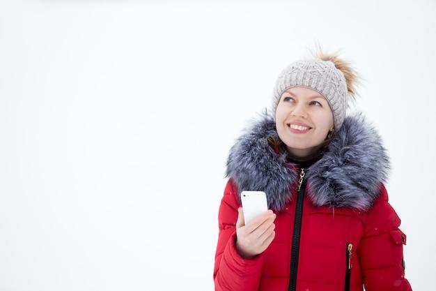 Uśmiechnięta kobieta z telefonu komórkowego w ręku